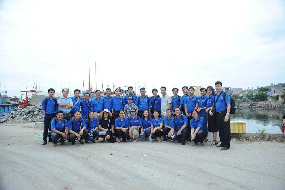 BCH Đoàn trường thăm và tặng quà các chiến sĩ đảo Hòn Mê anh hùng