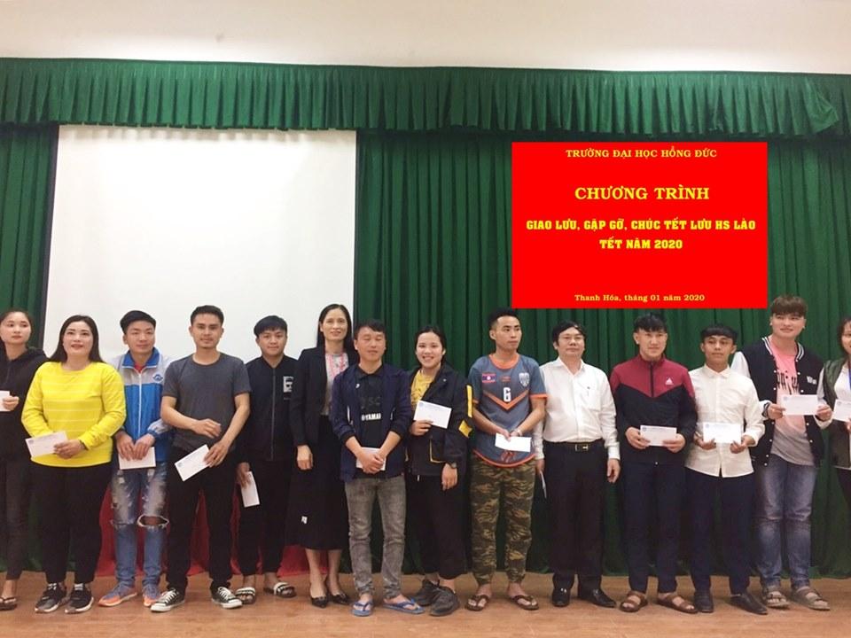 Tặng 275 suất quà Tết cho các lưu học sinh Lào