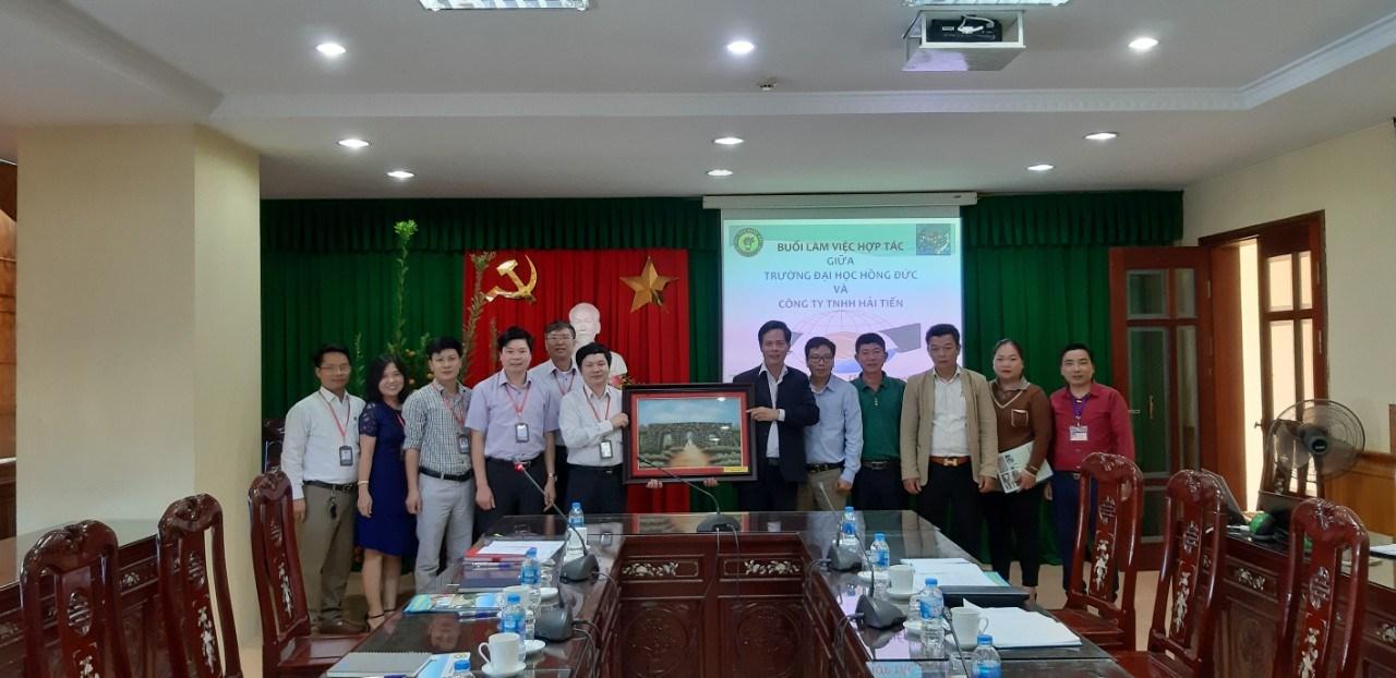 Lễ ký kết thỏa thuận hợp tác và trao học bổng giữa Trường Đại học Hồng Đức và Công ty TNHH Hải Tiến