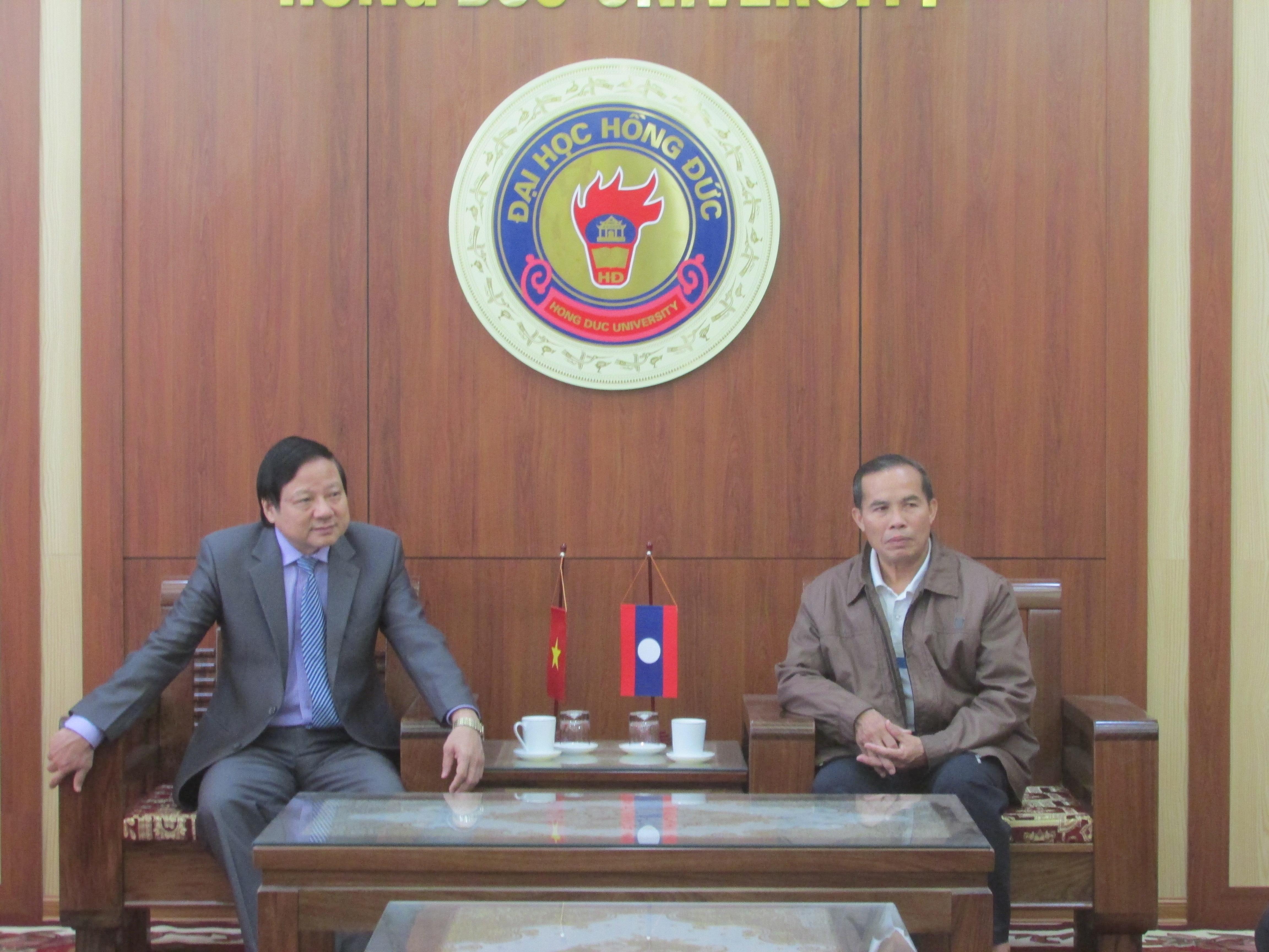 Đoàn cán bộ Sở Giáo dục và Thể thao các tỉnh Bôlikhămxay - nước bạn Lào đến thăm và làm việc với Trường Đại học Hồng Đức
